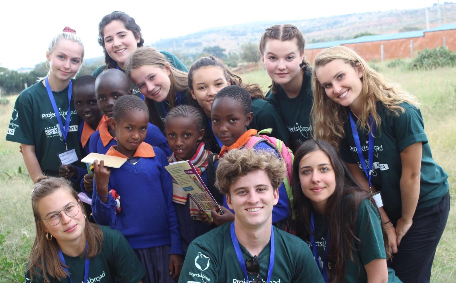Voluntarios tomándose una foto durante un programa de alcance médico en Kenia.